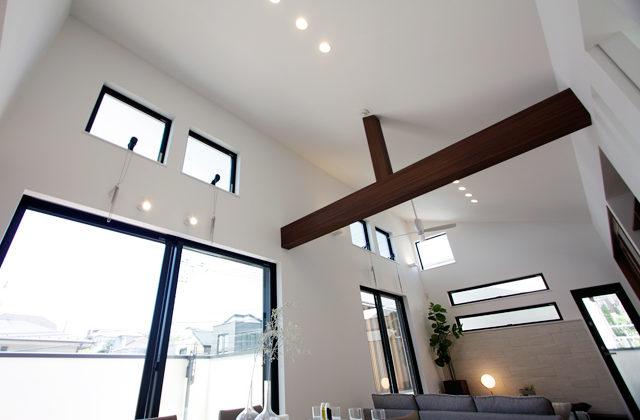開放的な吹き抜け天井